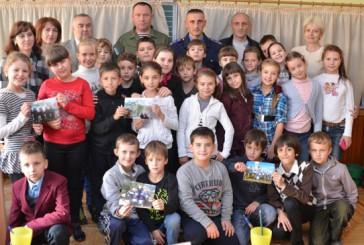 Правоохоронці, які повернулися з зони АТО, подякували дітям за малюнки та обереги