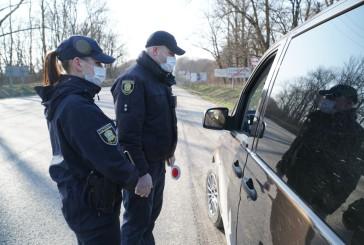 Патрульні поліцейські через гучномовці інформують містян про карантин