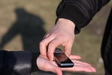 Представившись поліцейським, зловмисник видурив у тернополянки мобільний