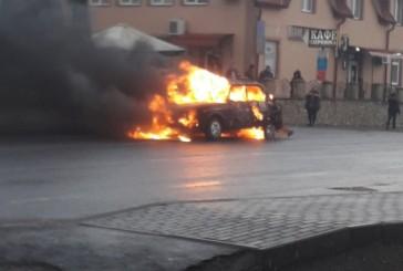 В результаті зіткнення в Озерній спалахнув автомобіль