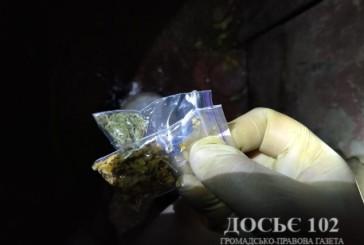 Борщівські поліцейські виявили у водія іномарки кастет, а в пасажира – наркотичні засоби