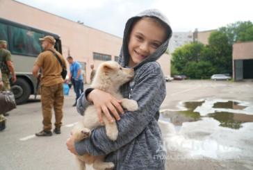 Пухнастий друг зі Сходу: правоохоронці привезли маленькому тернополянину омріяну собаку