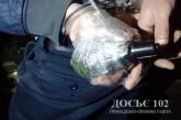"""У Тернополі чоловік гуляв вулицею з прив'язаною до долоні скляною """"гранатою"""""""
