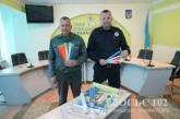 Будь помітним! Тернопільський підприємець передав світловідбиваючі браслети для дітей