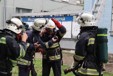 Судові охоронці Тернопільщини та Хмельниччини, поліцейські та рятувальники приборкували пожежу, евакуйовували людей, забезпечували безпеку суддів та учасників судового процесу