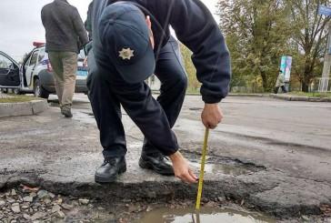 Поліцейські перевіряють стан експлуатаційного утримання автомобільних доріг області